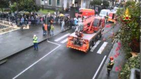Crolla strada in piazza a Valverde, auto finisce dentro.