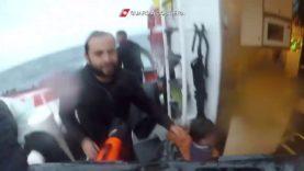 Naufragio a Lampedusa, il marinaio della Guardia Costiera si getta in mare per salvare la bambina