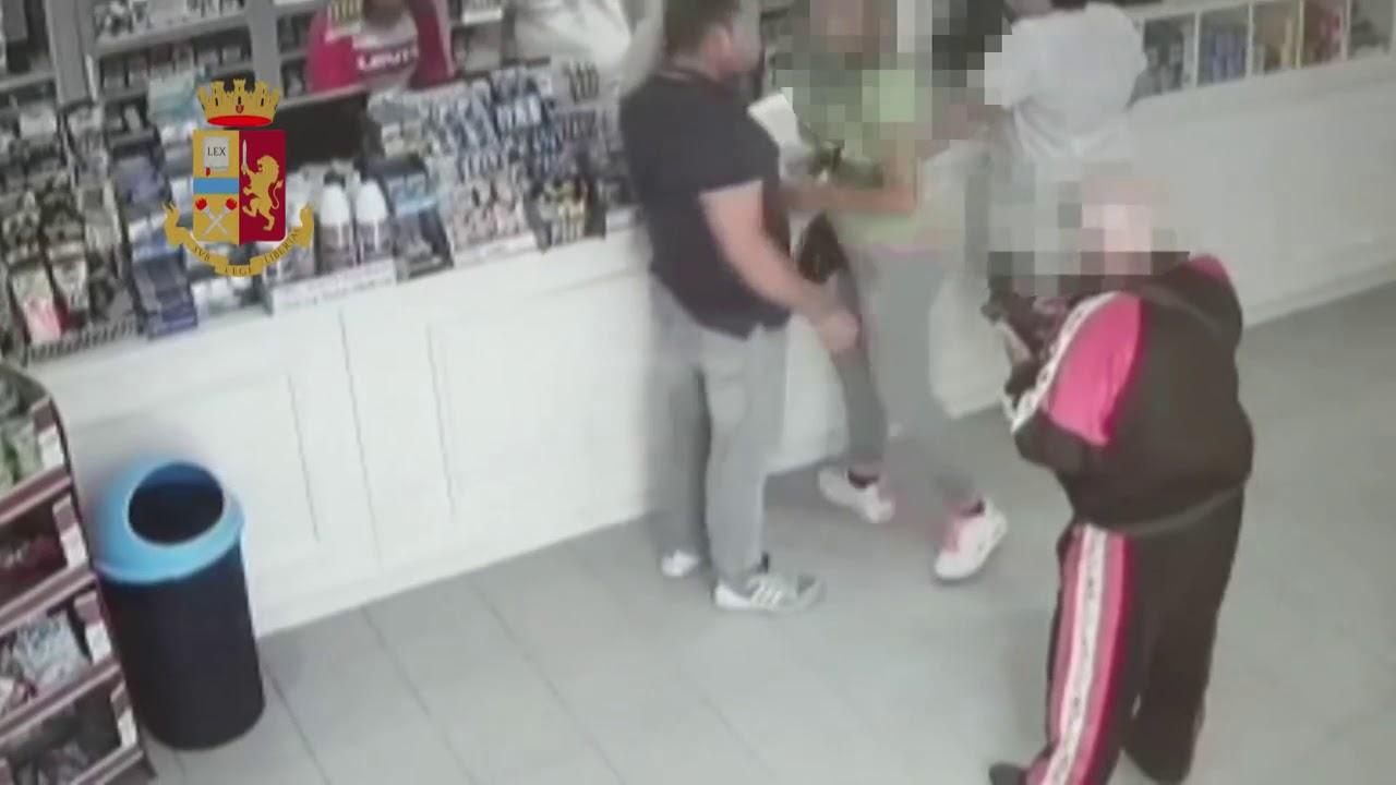 Botte alla compagna in un negozio, il video da Pachino