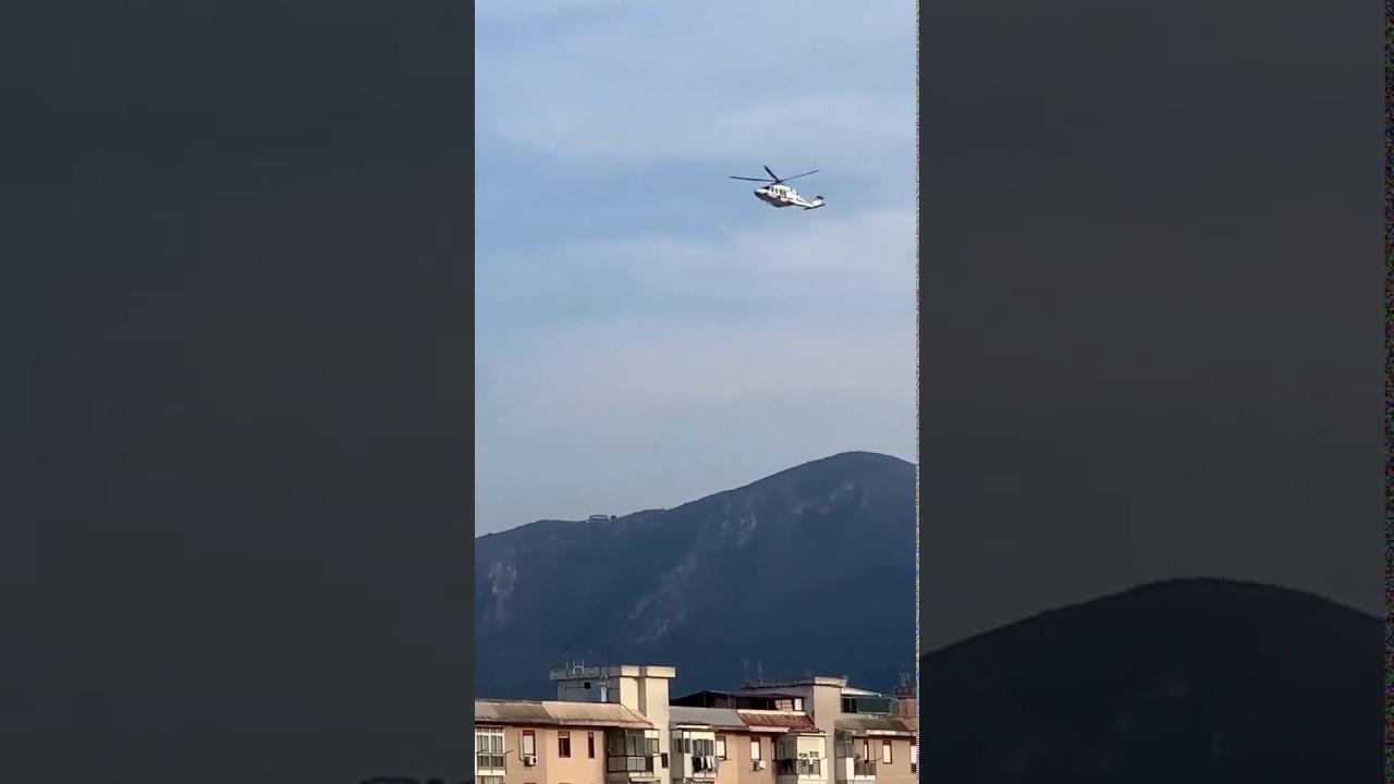 L'elicottero della Polizia ha raggiunto il tetto del palazzo dove si erano riunite molte persone