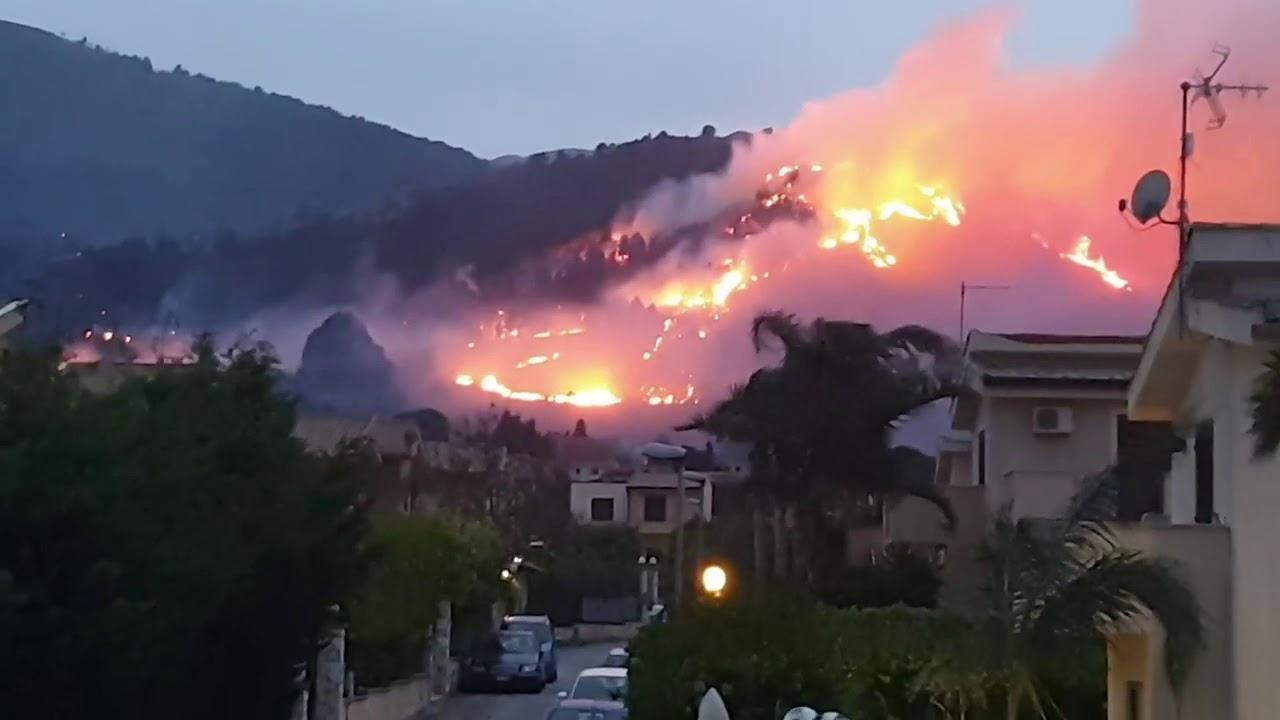 La Sicilia brucia sferzata dal forte vento di scirocco
