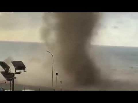 Tromba d'aria sul lungomare di Cefalù: paura tra i bagnanti
