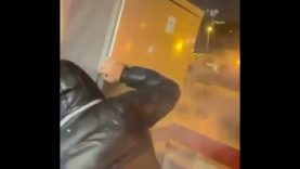 Incredibile video, lanciano frigorifero dal balcone per Capodanno